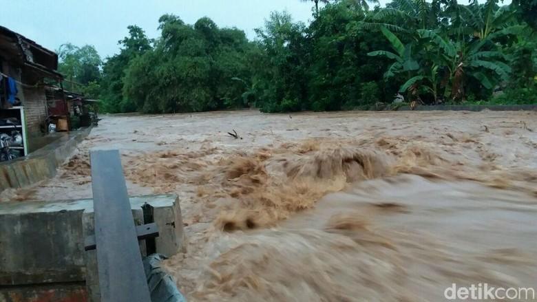 Tanggul Jebol di Rumah Terdampak - Semarang Banjir menerjang wilayah Mangkang Kecamatan Kota Luapan air akibat sampah yang menghambat air sungai Bringin hingga menyebabkan