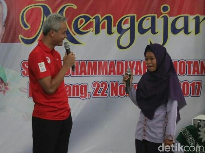 Ganjar Murid Bertanya Keterlibatannya dalam - Rembang Dalam rangkaian kunjungan ke Gubernur Jawa Ganjar meluangkan waktu mengajar di sebuah Seorang siswi tak bertanya tentang