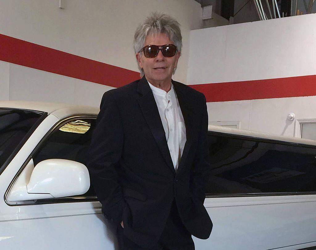 Inilah sosok Mike Hughes yang djuluki Mad atau gila karena mau membuktikan bumi itu datar. Sehari-harinya, dia adalah pengemudi mobil limosin. Foto: Facebook