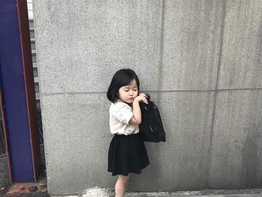 Kamu lagi niru gayanya siapa lagi nih Yuli? (Foto: Instagram @1004yul_i)