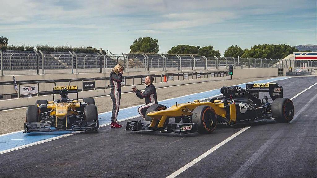 So Sweet, Pasangan Ini Tunangan Sambil Mengendarai Mobil F1