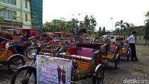 Penarik Becak Motor yang Ikut Kirab Kahiyang di Medan Dites Urine