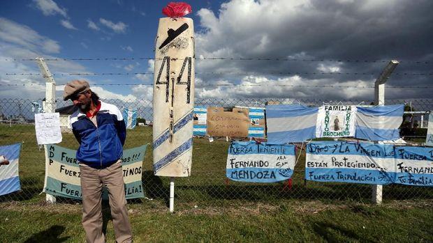 Pria berdiri di depan atribut dukungan kepada hilangnya 44 kru kapal selam Argentina ARA San Juan yang hilang di laut