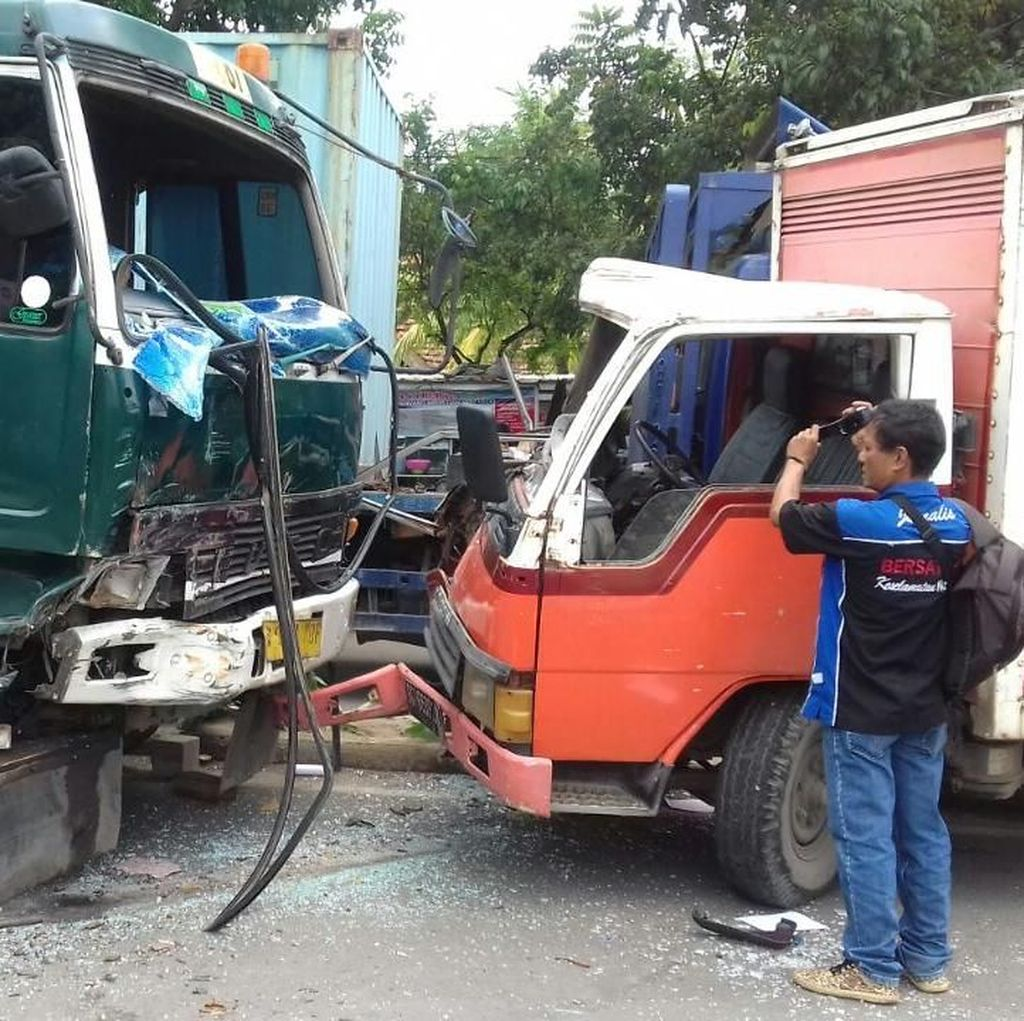 Truk Peti Kemas Adu Banteng Lawan Mobil Boks di Palembang