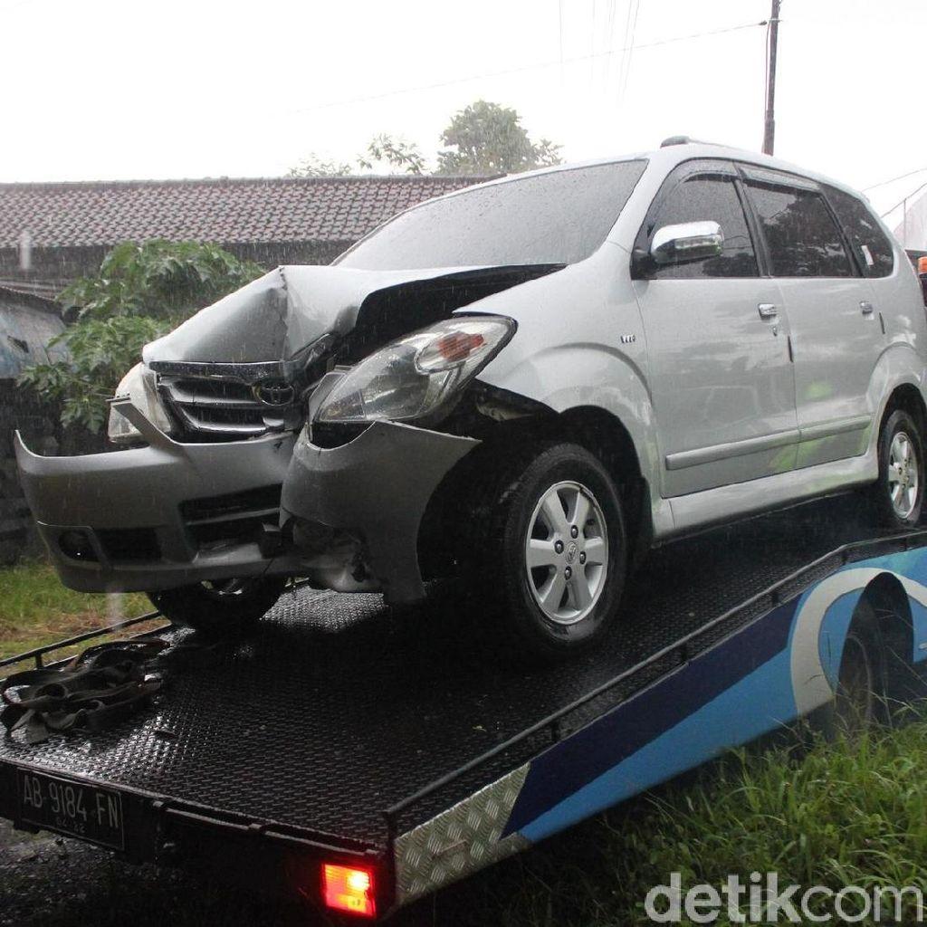Mengantuk, Pengemudi Mobil Tabrak Tiang Telepon di Magelang