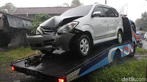 Penampakan kerusakan mobil setelah menabrak tiang telepon di Magelang.