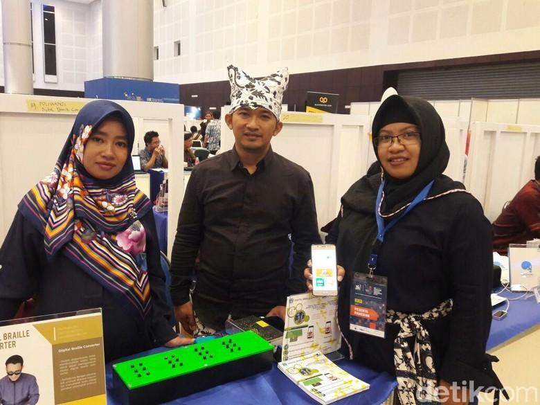 Mahasiswa Poliwangi Ciptakan Alat Bagi - Banyuwangi Mahasiswa Politeknik Negeri Banyuwangi mengembangkan inovasi teknologi yang dinamai Digital Braille Teknologi ini untuk mempermudah kegiatan belajar