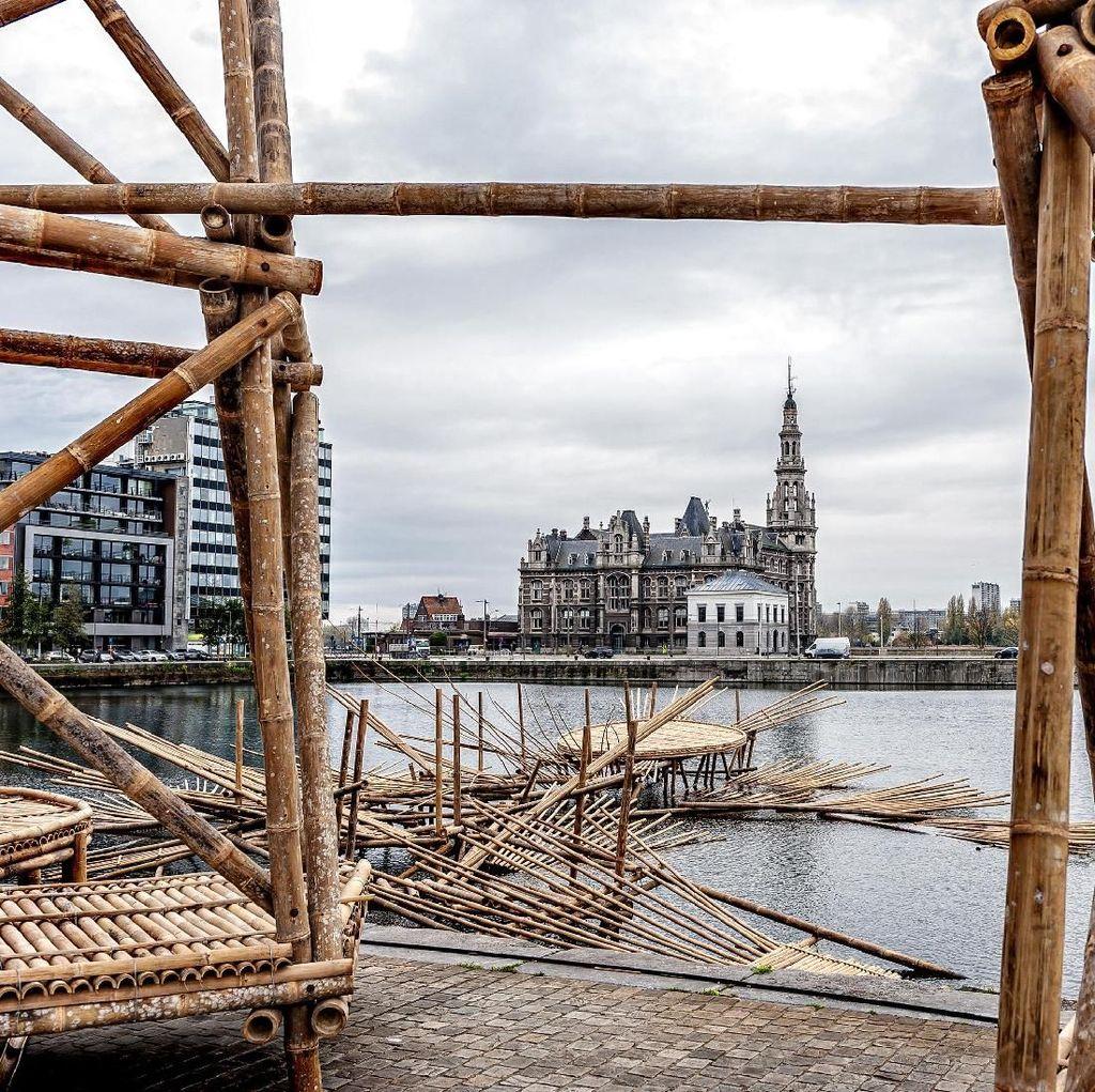 Di Europalia, Instalasi Eko Prawoto Terbuat dari Bambu dan Mengapung di Air