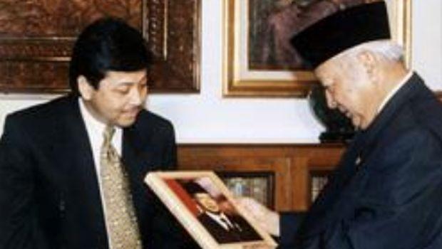 Setya Novanto menyerahkan buku Manajemen Soeharto kepada Presiden Soeharto di Cendana.