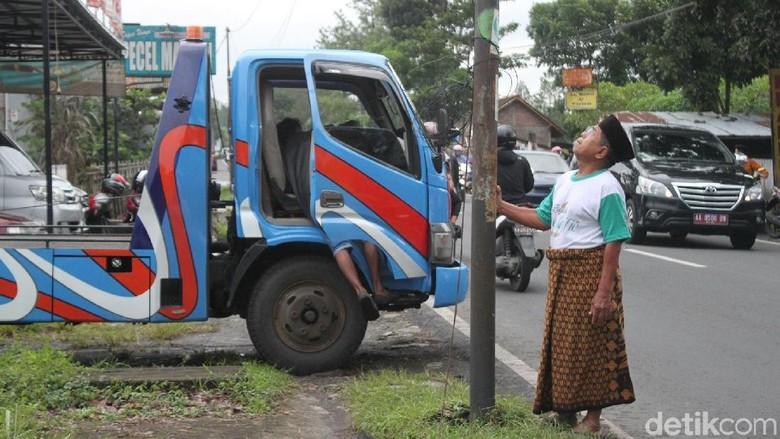 Begini Kondisi Tiang Telepon di - Magelang Sebuah mobil menabrak tiang telepon milik Telkom di Jalan sore Ditabrak dengan kecepatan tiang telepon ini kini