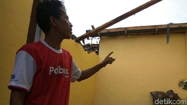 Atap rumah warga terbang dan berjatuhan terbawa angin/