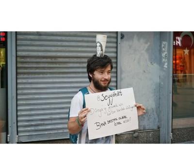 Foto: Cowok Ganteng Keliling Dunia untuk Melukis Cangkir Kopi