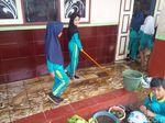 Siswa dan Warga Garut Bersihkan Lumpur Usai Banjir Surut