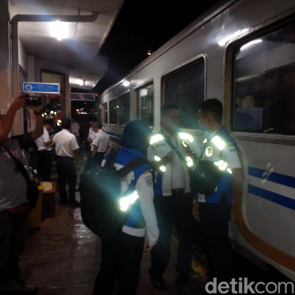 Longsor Tutup Rel, Ratusan Penumpang KA Tertahan di Stasiun Garut
