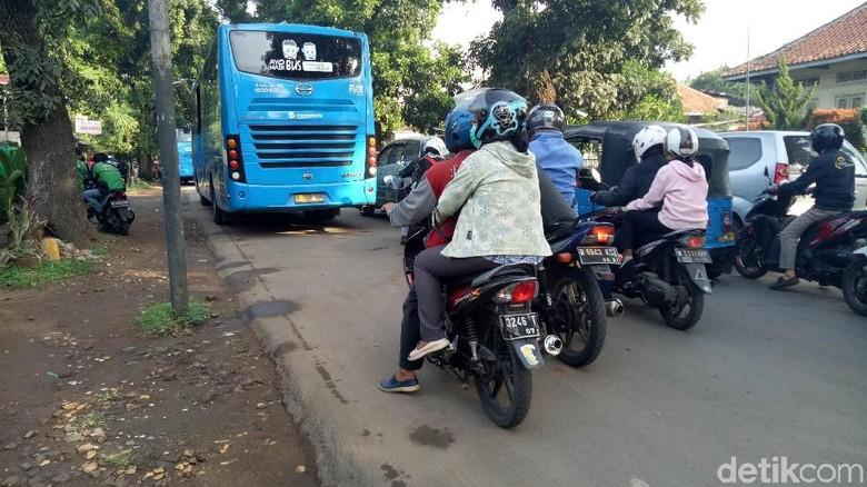 BPTJ akan Tertibkan Ojek dan - Jakarta Badan Pengelola Transportasi Jabodetabek melakukan koordinasi bersama PT KAI untuk mengurai kemacetan di depan Stasiun Jakarta Dari