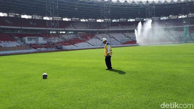 Menteri PUPR Basuki Hadimuljono Jajal Tendang Bola di Stadion GBK