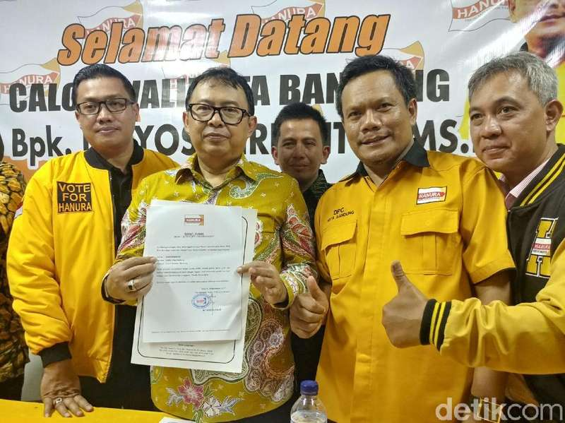 Yossi Irianto Terima Surat Tugas Cawalkot Bandung dari Hanura