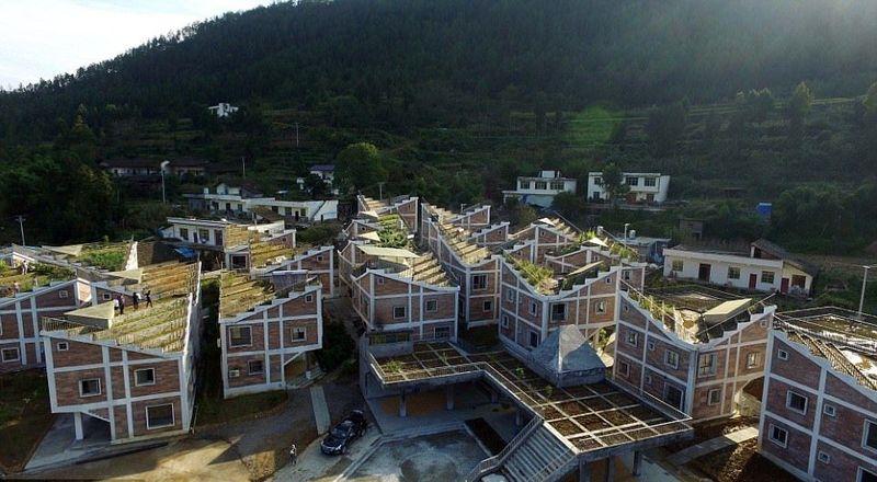 Desa Jintai di Guangyuan, Provinsi Sichuan, China pernah dilanda 2 bencana alam hebat di tahun 2008 dan 2011. Tapi mereka bangkit. Bangunan yang rusak direkonstruksi jadi keren seperti ini. (dok. Rural Urban Framework)