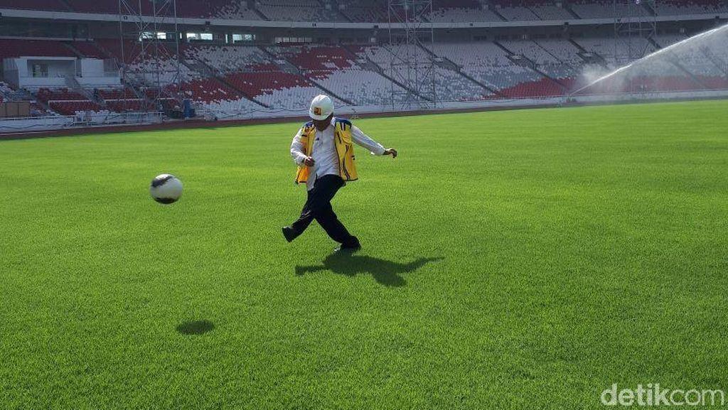 Gaya Menteri PUPR Jajal Lapangan Bola Stadion Utama GBK