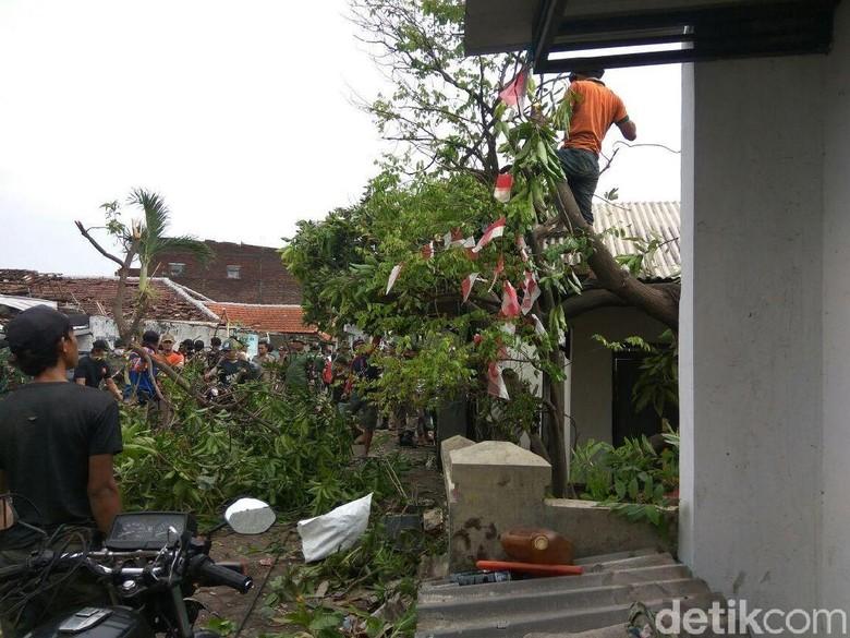 Rumah Rusak Diterpa Puting Beliung, Warga Sidoarjo Bersih-bersih