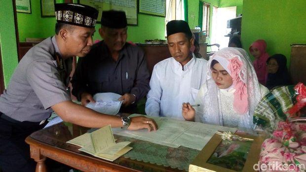 Pasangan yang Tertangkap Mesum Di Masjid Dinikahkan Di Mapolsek