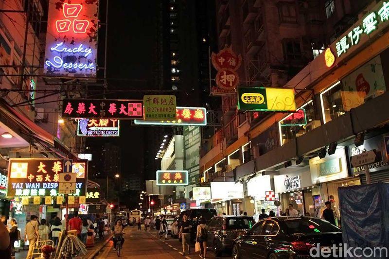 Traveler pecinta belanja yang liburan ke Hong Kong tidak boleh lupa untuk mampir ke Ladies Market di Kowloon. Ini dia pasarnya barang murah di Hong Kong (Randy/detikTravel)