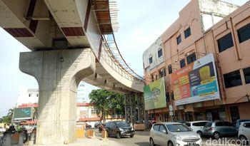 Ngeri! Bangunan Ini Hampir 'Cium' Lintasan LRT Palembang