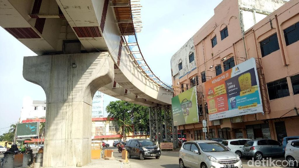 Ngeri! Bangunan Ini Hampir Cium Lintasan LRT Palembang