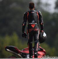 Lewis Hamilton mengenakan baju balap lengkap melangkah menuju motor sport