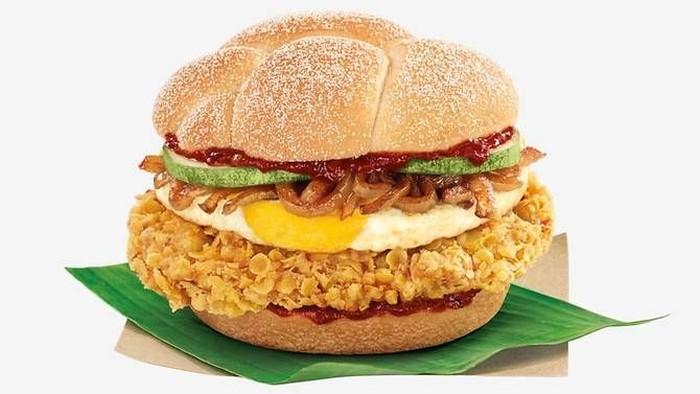 Walaupun menjadi makanan nasional Malaysia, McDonalds Singapura juga memiliki menu unik dan limited yaitu burger nasi lemak. Dibuat pada bulan Juli lalu, burger ini dibuat dari patty daging ayam berbumbu santan yang digoreng renyah, telur ceplok, irisan mentimun dan dipadu dengan pelengkap sambal dan roti bun. Foto: Istimewa