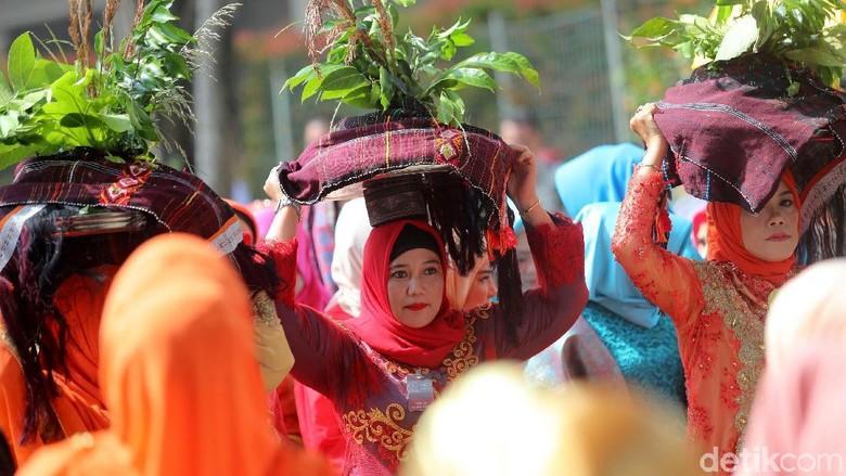 Foto: Prosesi Mangalo-alo Mora Pesta Adat Kahiyang-Bobby