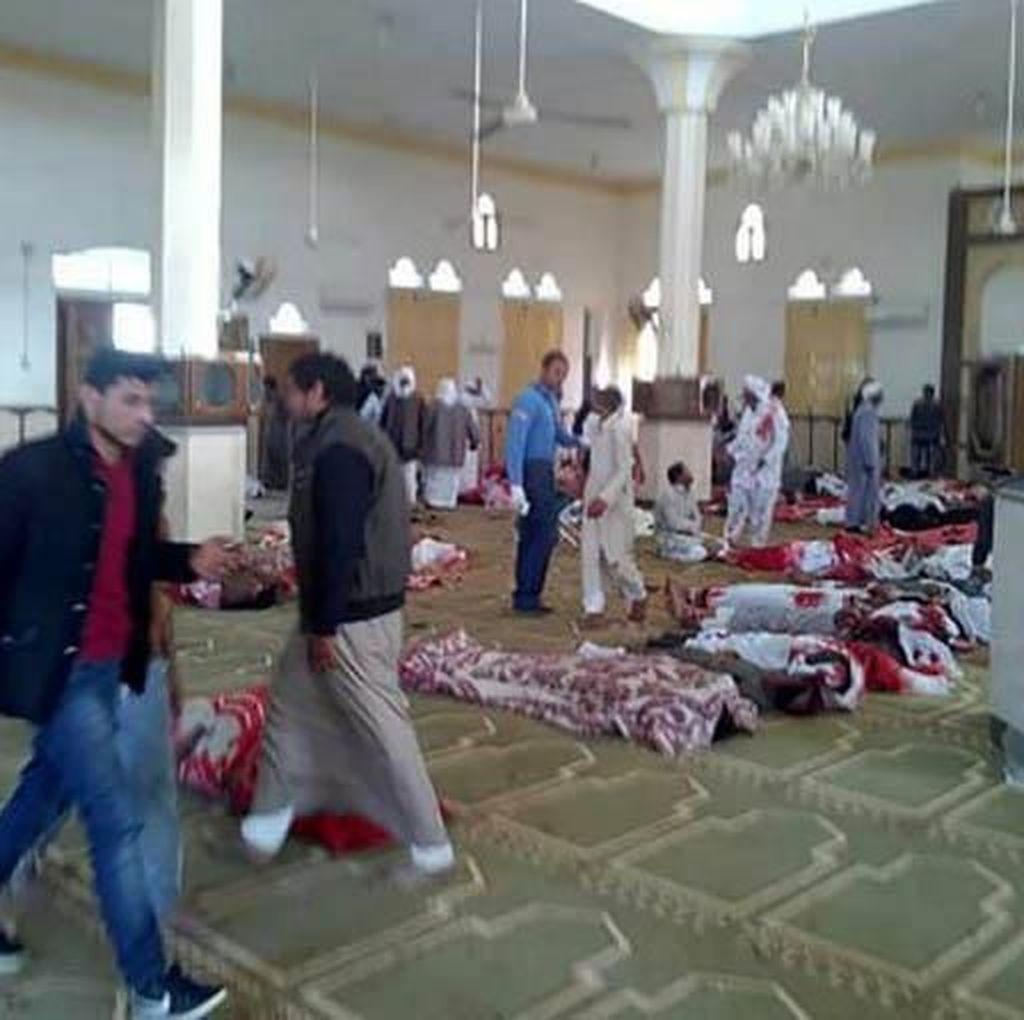 Foto: 184 Orang Tewas Dalam Ledakan Bom di Masjid Mesir