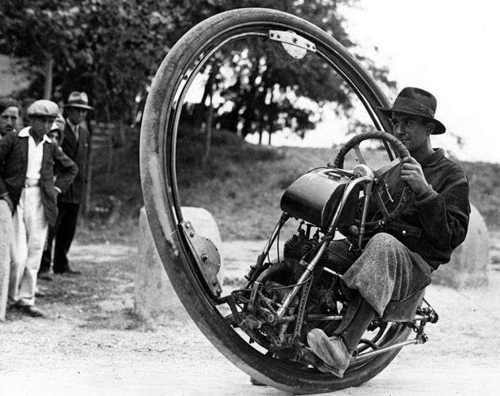 Penemu Swiss bernama M Gerder mengendarai motor ciptaannya dengan ban super besar. Tampak kurang nyaman, penemuannya ini kurang diterima. Foto: Vintages