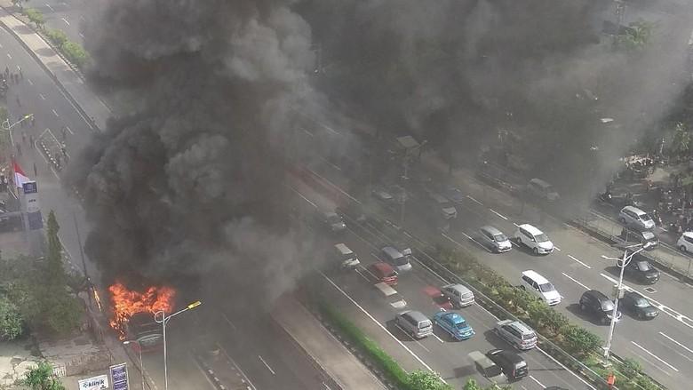 Sudah Padam, Bus yang Terbakar di Jalan S Parman Diderek