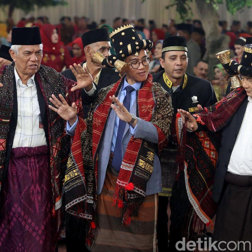 Aksi Gibran Manortor di Pesta Adat Kahiyang-Bobby