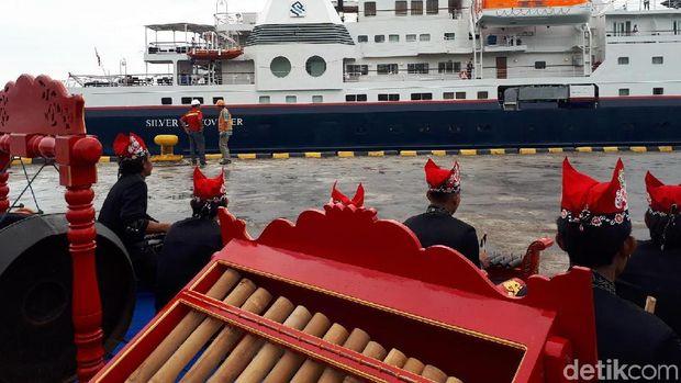 Kapal Pesiar Sandar di Pelabuhan Tanjung Wangi/
