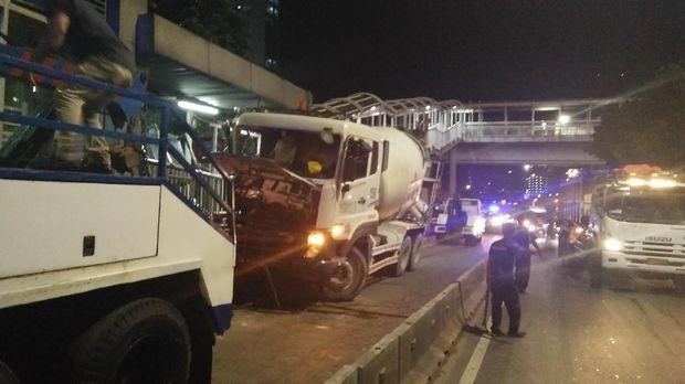 Truk Molen Tabrak Median di Halte Busway Pancoran Barat (Foto: Jabbar Ramdhani)