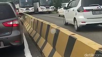 Viral Dua Mobil Lawan Arah Diserang Telolet Bus di Karawang