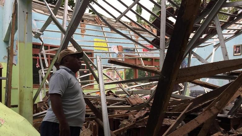 Atap Tiga Ruang Kelas SD di Jember Mendadak Ambruk