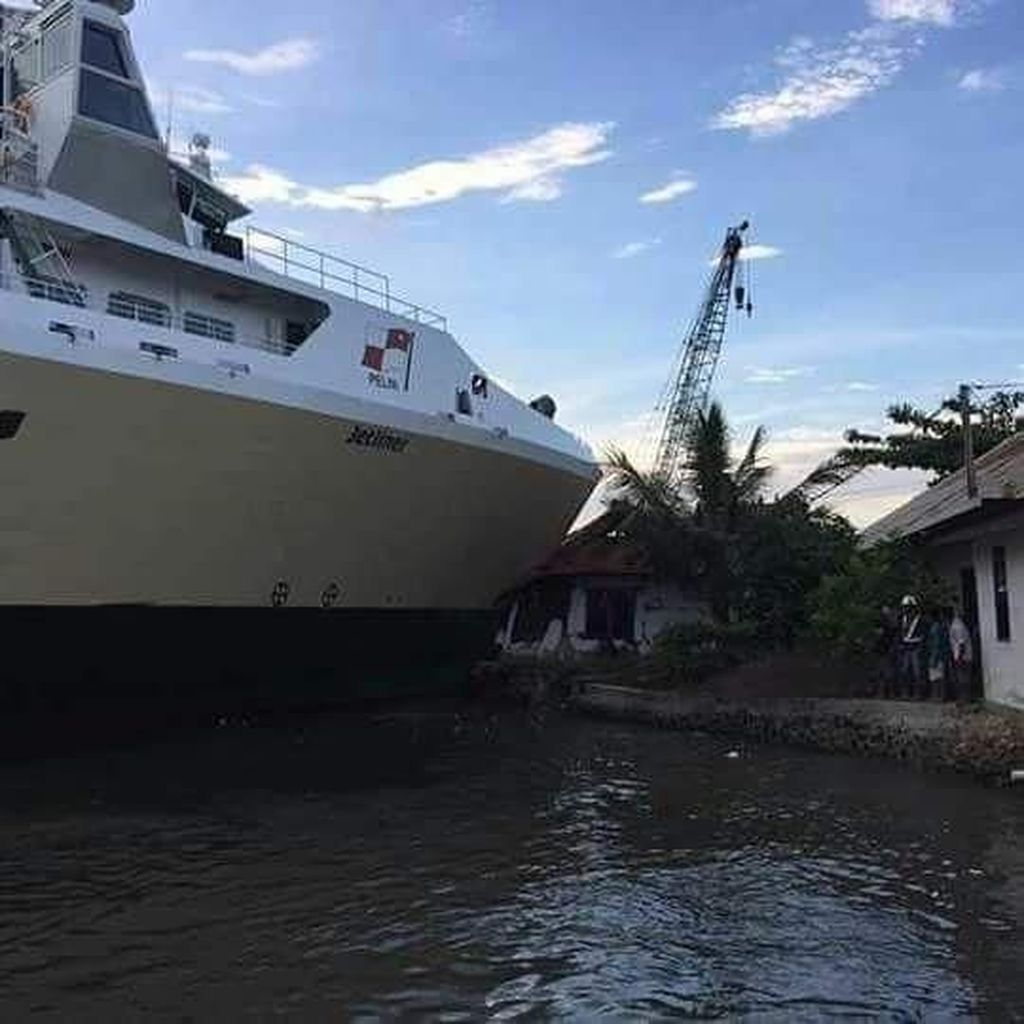 Kapal Jet Liner Tabrak Bangunan di Pelabuhan Kendari