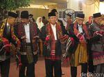 Todung Mulya Lubis Ikut Manortor di Pesta Adat Kahiyang-Bobby