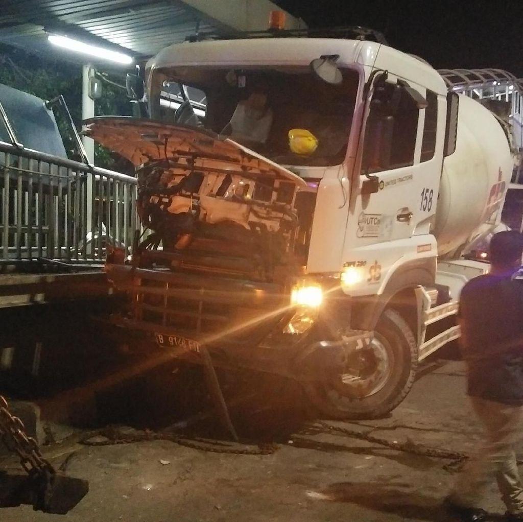 Truk Molen Tabrak Halte Busway Pancoran Dievakuasi, Lalin Lancar
