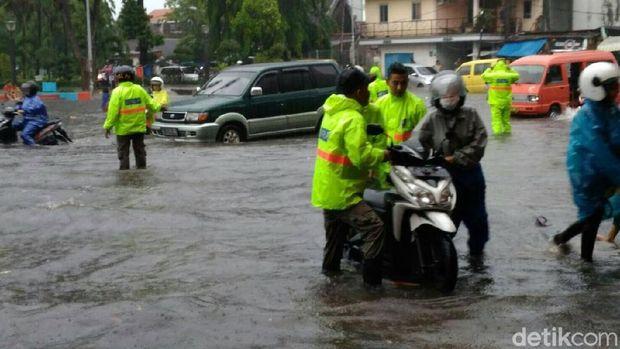 Kendaraan roda dua mogok nekat menerobos genangan air/