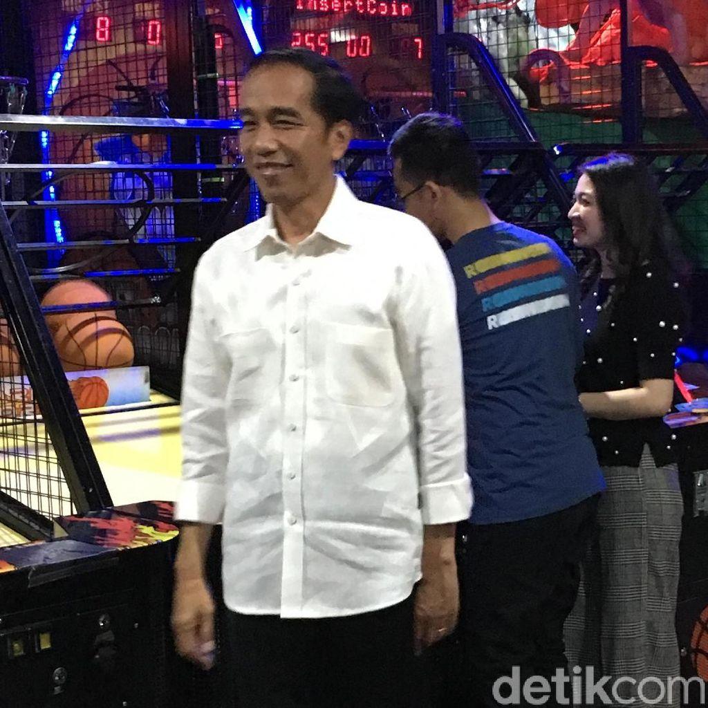 Begini Gaya Jokowi Pamer Main Basket di Depan Ethes