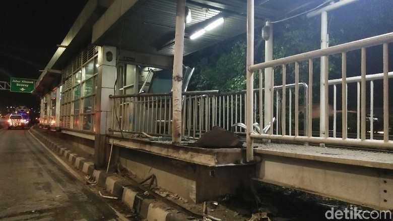 Ditabrak Truk Molen, Begini Kerusakan Halte TransJ Pancoran Barat