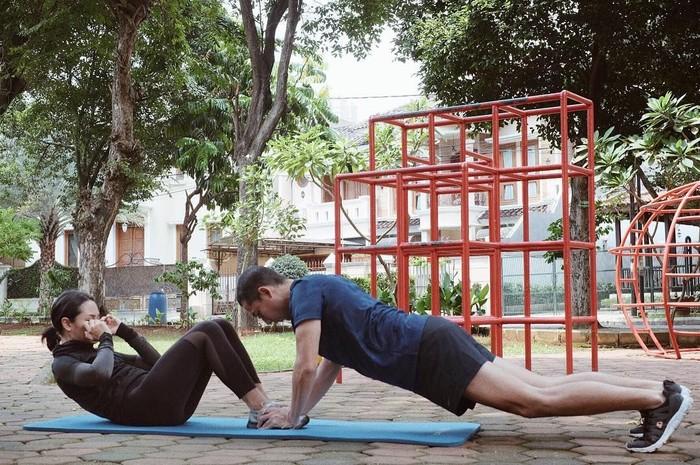 Andien Aisyah dan Ippe. Andien adalah seorang penyanyi yang telah dikaruniai buah hati bernama Kawa, namun ditengah kesibukannya tak membuat dia untuk tidak berolahraga. Buktinya bersama sang suami Andien selalu rajin berolahraga. Tak jarang kita melihat keduanya melakukan workout bersama di Instagram milik Andien. ( foto : instagram @andienippekawa)