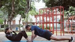 Pasti menyenangkan bukan, olahraga bersama pasangan. Itulah yang dilakukan oleh pasangan selebritis Tanah Air berikut ini agar tetap sehat.