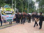 Tuntutan UMK Tak Dipenuhi, Buruh Semarang Tabur Bunga di Balai Kota