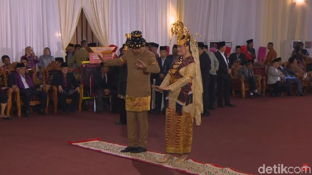 Pesta Adat Berlanjut, Kahiyang Ayu Ganti Kebaya dari Oranye Jadi Emas