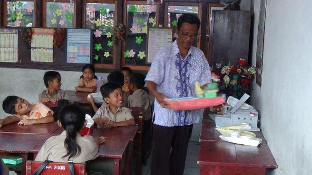 Wakil Kepala Sekolah SDN Ini Nyambi Jadi Kuli Bangunan